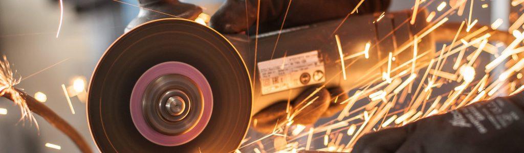 Winkelschleifer bei der Bearbeitung von Metall